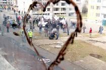Srdce namalované na chodbovém okně chánovského paneláku. Snímek vznikl v dubnu 2012 během demonstrace DSSS na sídlišti.