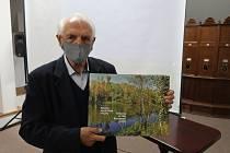 Stanislav Štýs se svou novou knihou.