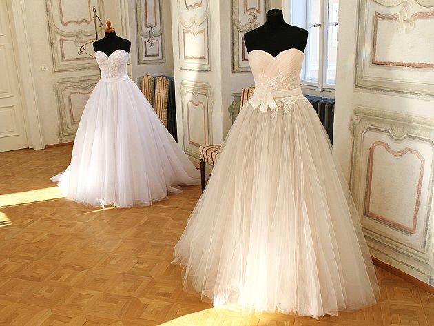 Hlavně dívky a ženy mohly obdivovat svatební šaty