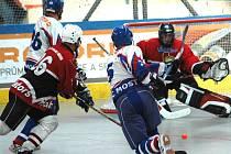 Hokejbalisté mosteckého Penta (v bílém) zápasí v sobotu s extraligovým mistrem.