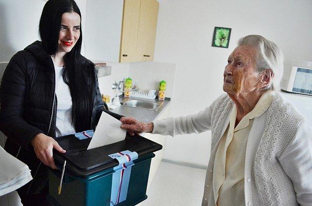 VMostě vpátek odpoledne odvolila jedna znejstarších obyvatelek severních Čech, 102letá Marie Svatošová.