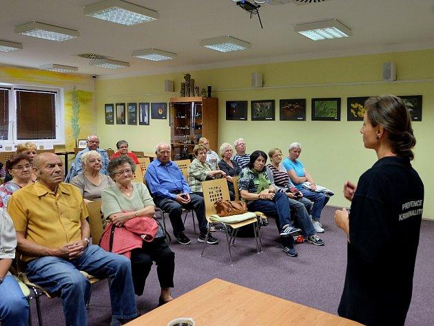 Předávání informací seniorům v knihovně o aktuální situaci v Litvínově.
