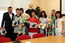 Mostecký basketbalový klub naděloval dětem v nemocnici.