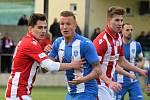 Fotbalisté Souše (v červeném) padli v Chomutově 1:2. Na snímku je první derby s Mosteckým fotbalovým klubem.