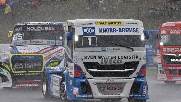 Nedělní deštivé závody na mosteckém autodromu.