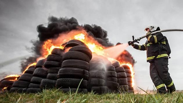 Hasiči testují účinky speciálního hasiva, které by mohlo být používáno při požárech, kdy není jednoduché dostat plameny pod kontrolu, jako jsou například pneumatiky.
