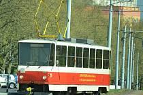 Tramvaj T5B6 se vrací z mosteckého nádraží, kde Švýcaři přestoupili na T3 a jeli do Litvínova.