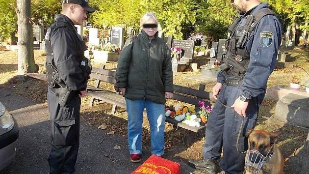 Zlodějka chycená mosteckými strážníky na hřbitově.