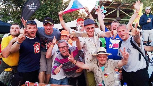 Úspěšní golfisté pózují na společné fotce na závěr evropské soutěže.
