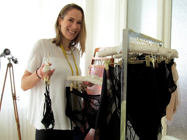 Tereza Vu se svou prací - se spodním prádlem, které navrhla.