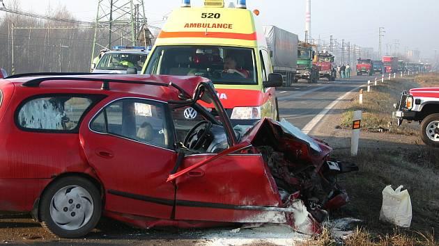 Ke střetu osobního automobilu a tahače s přívěsem došlo v úterý v půl osmé ráno na silnici mezi Zálužím a Komořany. Hasiči vyprostili z červeného kombíku zraněného řidiče, sanitka jej převezla do nemocnice.