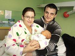 Mamince Petře Oulické z Bečova se 17. prosince v 1.04 hodin narodila v chomutovské nemocnici dcera Lucie Kolínská (na snímku i s tatínkem Danielem Kolínským). Měřila 51 centimetrů a vážila 2,95 kilogramu.