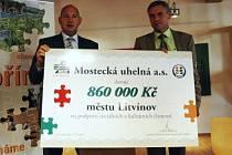 Starosta Litvínova Milan Šťovíček a generální ředitel Mostecké uhelné Luboš Měkota při předávání symbolického šeku.