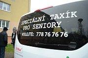 V Mostě začal jezdit městský Taxík Maxík pro seniory a tělesně postižené