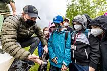 Hokejista Jakub Petružálek s žáky 18. základní školy Most při vysazování ryb do Bíliny.