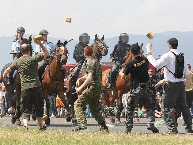 Ukázka zásahu policistů na koních proti demonstrantům. Vzduchem létal molitan.