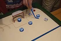 Stolní hokejisté hrají korespondenčně.