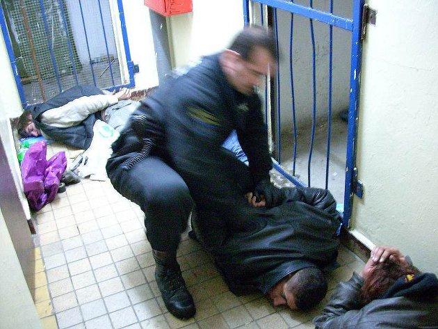 Strážníci pacifikují pravděpodobné zloděje.