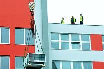 Instalace vzduchotechniky v areálu nemocnice v Mostě.