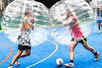 Takhle se hraje fotbal v bublinách.