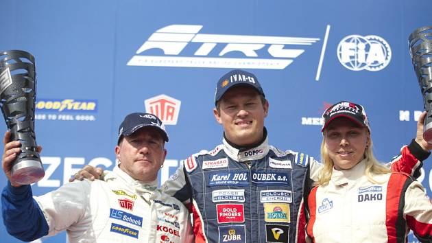 Adam Lacko (uprostřed) slavil.