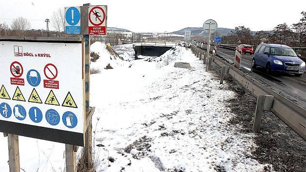Stavba silničního mostu v Komořanech.