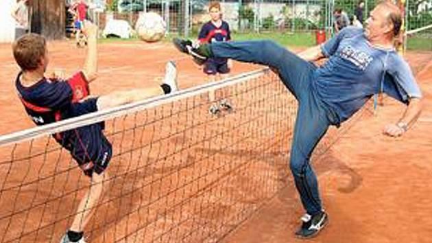 BLOKY NA SÍTI. Mladí žáci během nohejbalového turnaje v Chabařovicích hrají proti starším protivníkům.