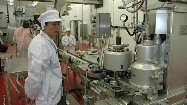 Fotografie ze slavnostního zahájení výroby v hrobčické konzervárně Shanghai Maling.