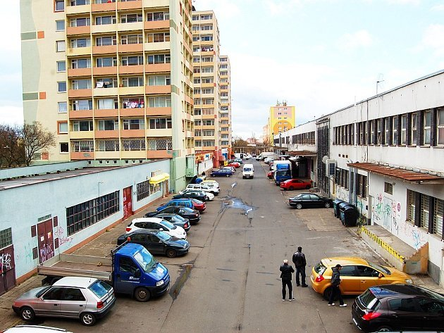Kritizovaná ulice Ve Dvoře v Mostě je mezi věžáky a obchodním střediskem Rozkvět.a