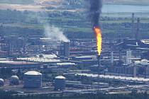 Spalování uhlovodíků na bezpečnostní fakli v chemičce u Litvínova.