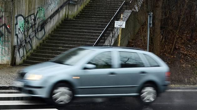 Místo dopravní nehody, přechod u schodů do parku Šibeník v Mostě.