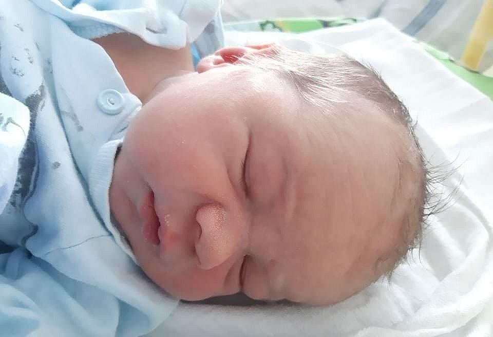 Oliver Valerij Rambousek se narodil mamince Lence Sapouškové z Mostu 26. března v 9.13 hodin. Vážil 3,7 kilogramu.
