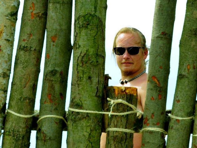 """Aleš """"Bratan"""" Hausmann, náčelník kmene Boionia, vůdčí osobnost oslavy keltského svátku Beltain, hledí s nadějí na Most z palisády mezi Jezerem a kostelem. V táboře jsou válečníci a řemeslníci, ukáží veřejnosti autentický život v době laténské."""