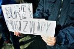Výstražná stávka studentstva na mosteckém gymnáziu. Podporuje iniciativu #VyjdiVen