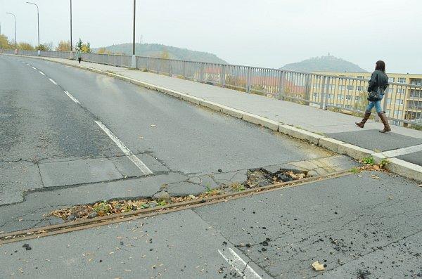 Zničený mostní závěr na mostu umostecké emocnice.