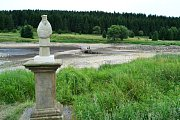 Flájská přehrada láká veřejnost. Lidé chtějí vidět, jak v ní ubývá voda.