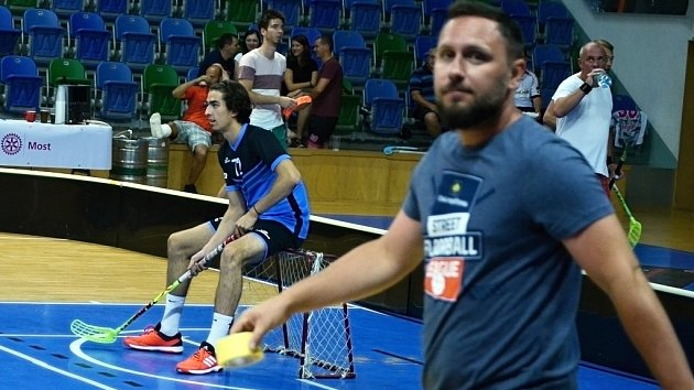 Osm týmů se zúčastnilo charitativního florbalového turnaje v mostecké sportovní hale