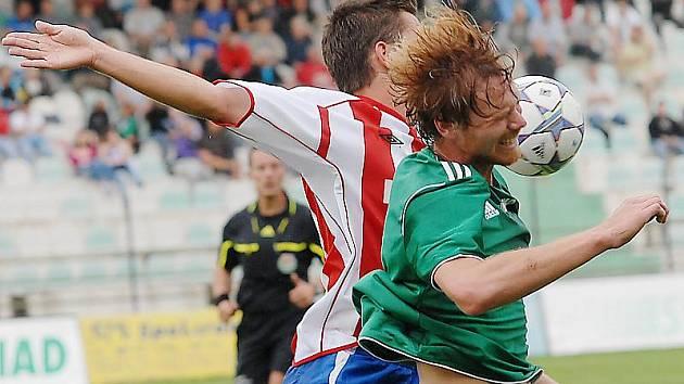 Mostecký Jaroslav Frnoch (v zeleném dresu) v hlavičkovém souboji se soupeřem z Brna. Exligový favorit v Mostě na body nedosáhl a padnul těsně 0:1. Branku Mostu dával Rusetski.