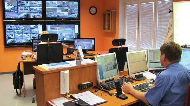 Tady se na služebně litvínovských strážníků sledují záběry z kamer.