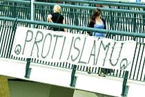 Transparent na mostě u nádraží v Mostě.