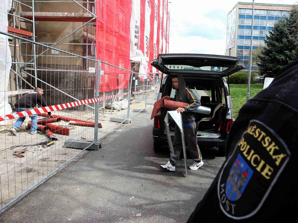 Strážníci donutili oba muže, aby vrátili okapy zpět na místo