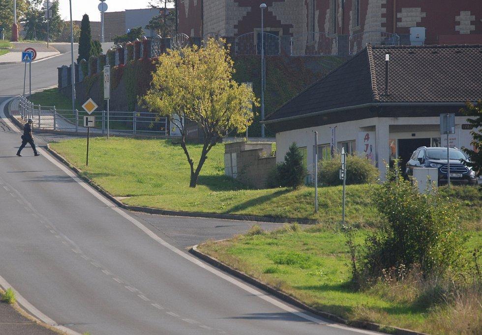 Na tomto místě v Mostě (vpravo) se má odbočovat ke Kauflandu, probíhá zjišťovací řízení kvůli EIA.