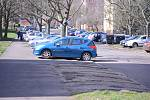 Zanedbaná parkovací místa v mostecké ulici Julia Fučíka