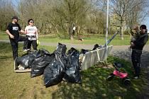 Úklid na Benediktu v Mostě při akci Ukliďme Česko v sobotu 6. dubna.
