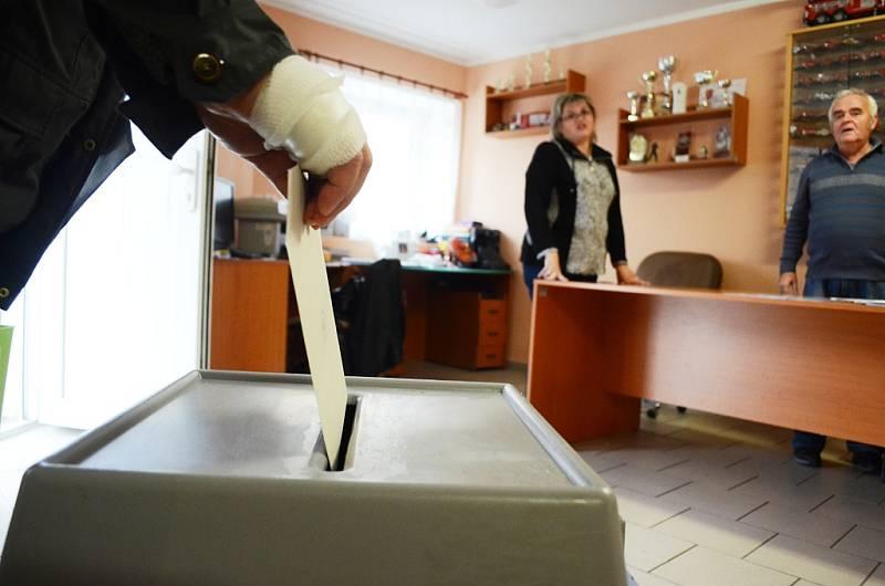 Volby v Mostě v pátek 20. října. Volební komise v Rudolicích v Mostě, senior hlasuje s nemocnou rukou