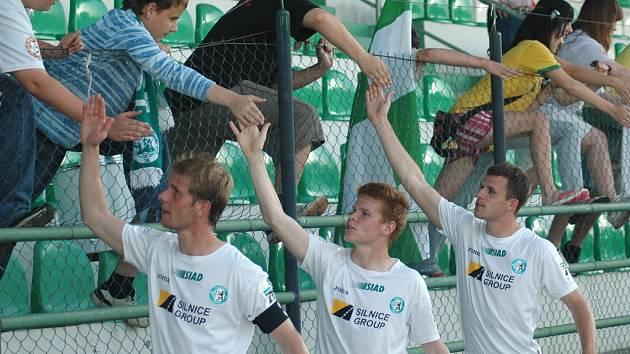 Mostečtí fotbalisté se zdraví s fanoušky.