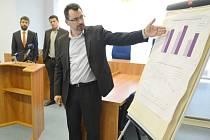 Předseda krajského soudu Luboš Dörfl ukazuje na grafu v Mostě, jak se zlepšuje práce justice v severních Čechách. Vzadu vlevo ministr spravedlnosti Robert Pelikán, vpravo Martin Beneš, předseda Okresního soudu v Mostě.
