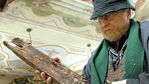 Místostarosta Petr Pakosta si prohlíží trosky, které spadly ze stropu.