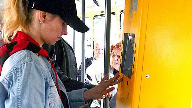 Cestující v mostecké tramvaji.