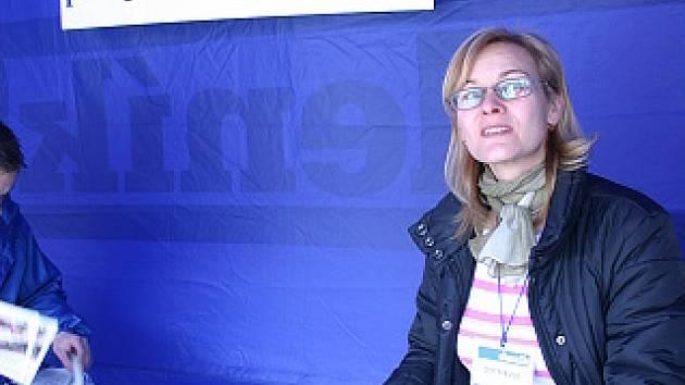 Distributorka Marcela Kraitlová ve svém stánku přijímá objednávky na předplatné mosteckého deníku.